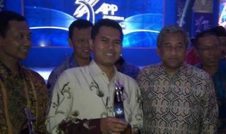 Roni Tabroni (tengah) menerima Anugerah Peduli Pendidikan 2013 dari Menteri Pendidikan M Nuh.