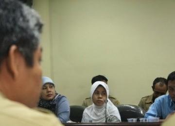 Rosita Siti Saadah (kerudung putih), TKW asal Desa Cinta Langgeng, Kecamatan Tegalwaru, Karawang, Jabar, yang lolos dari ancaman hukum pancung di Uni Emirat Arab, menemui Bupati Karawang, Ade Swara, di kantor bupati, Senin (27/6).