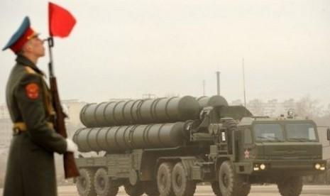 Rudal anti udara S-300 saat dipamerkan dalam parade Hari Kemenangan Rusia, di Moskow.