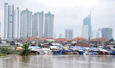 Rumah warga yang terendam banjir akibat meluapnya Banjir kanal Barat di kawasan Karet Tengsin Jakarta Barat, Rabu (16/1).