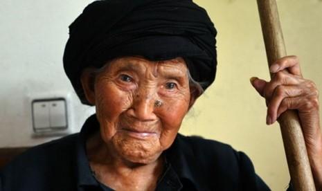 Salah satu perempuan berusia di atas 100 tahun di Cina.