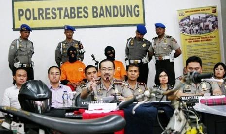 Sampaikan Kronologi: Bersama pelaku Ade dan Wawan (memakai tutup muka) dan barang bukti, Kapolrestabes Bandung Kombes Sutarno menyampaikan kronologi pembunuhan brand manajer PT Venera Mukti Finance, Fransisca Yofie kepada wartawan di Mapolrestabes Bandung,