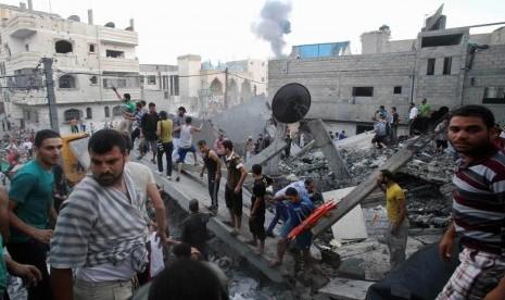 Sebuah bangunan di Jalur Gaza hancur dibom tentara Israel pada Jumat (11/7).