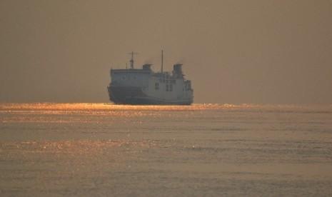 Menanti Kapal dari Seberang