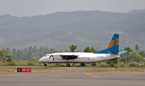 Sebuah pesawat terbang siap lepas landas di Bandara Selaparang, Mataram, NTB,Kamis (29/9). PT Angkasa Pura I akan mulai menutup Bandara Selaparang tanggal 30 September pukul 18.00 Wita dan pada tanggal 1 Oktober pukul 10.00 Wita akan mengoperasikan Bandara