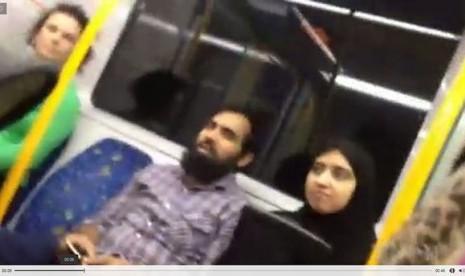 Sebuah video yang diunggah di media sosial menunjukkan penumpang kereta di Sydney membela seorang perempuan Muslim dari serangan rasial