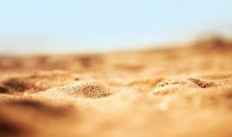 Sejak suaminya wafat, Muadzah Al Adawiyyah memilih tidur di tanah. Ilustrasi
