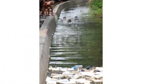 Sejumlah anak bermain air di sungai kecil kawasan kung bandan