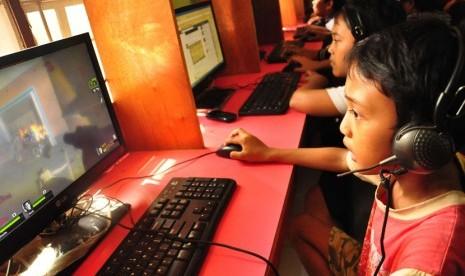 Sejumlah anak bermain game online di sebuah warnet. (ilustrasi)