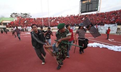 Sejumlah anggota Kepolisian dan TNI, mengevakuasi suporter dalam pertandingan antara tuan rumah Persis Solo melawan PSS Sleman, dalam lanjutan Divisi Utama LPIS di Stadion Manahan, Solo, Jateng, Rabu (4/9).      (Antara/Akbar Nugroho Gumay)
