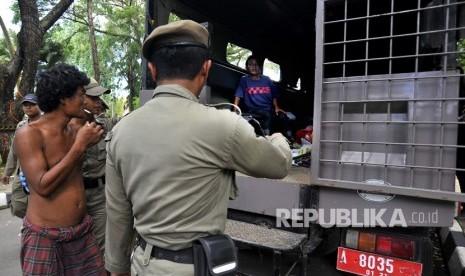 Sejumlah anggota Satpol PP mengamankan orang gila (Ilustrasi)