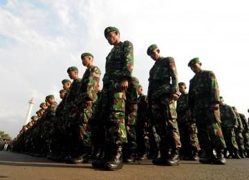 Sejumlah anggota TNI bersiap melakuan apel di sekitaran kawasan Monas, Jakarta Pusat, Senin (26/3). (Republika/Prayogi)