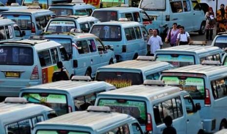 Sejumlah angkutan umum menunggu para penumpang di terminal Kampung Melayu, Jakarta Timur.