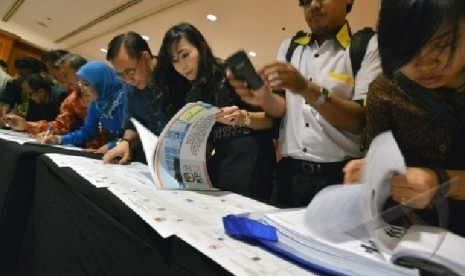 Sejumlah calon legislatif sedang meneliti daftar caleg di KPU