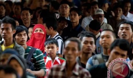 Sejumlah calon pemudik antre untuk medapatkan tiket kereta api mudik Lebaran kelas ekonomi di Stasiun Pasar Senen, Jakarta, Senin (2/7). PT Kereta Api Indonesia (KAI) membuka loket pembelian tiket 24 jam di empat stasiun, yaitu Stasiun Pasar Senen, Stasiun