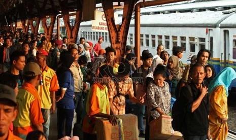 Calon penumpang Kereta Api Mataremaja jurusan Malang, di Stasiun Pasar ...
