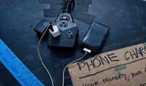 Sejumlah colokan untuk pengisi baterai telepon disambungkan ke generator di media center