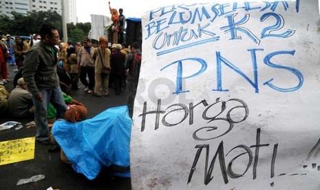 Sejumlah guru honorer K2 melakukan aksi unjuk rasa di depan Istana Merdeka, Jakarta, Rabu (26/2).