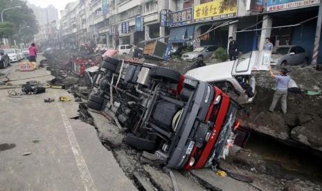 Sejumlah kendaraan terbalik akibat ledakan gas bawah tanah di Kota Kaohsiung City, Taiwan, Jumat (1/8).