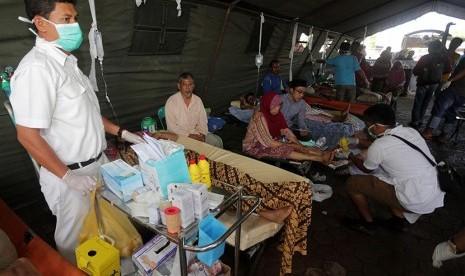 Sejumlah korban gempa dirawat di dalam tenda darurat, di Rumah Sakit Umum Daerah (RSUD) Tgk Chik Ditiro Sigli, Pidie, Aceh, Rabu (7/12).