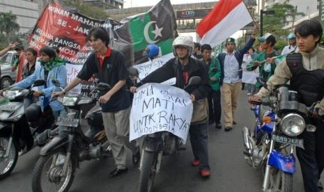 Sejumlah mahasiswa demonstrasi menolak kenaikan harga bahan bakar minyak (BBM).