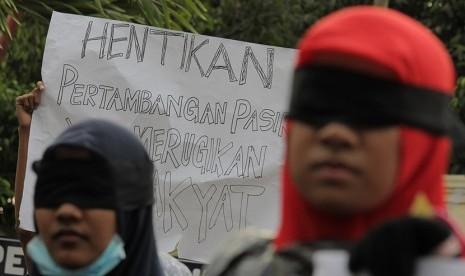 Sejumlah mahasiswa yang tergabung dalam Aliansi Mahasiswa Peduli Kemanusiaan (AMPK) berunjuk rasa di depan Polda Jatim Surabaya, Jawa Timur, Senin (28/9).