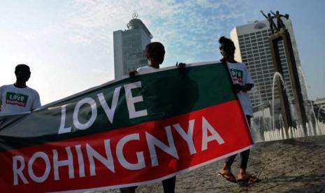 Sejumlah massa melakukan aksi damai menyerukan penghentian penindasan etnis minoritas Rohingya di Bundaran HI, Jakarta, Kamis (26/7). (Tahta Aidilla/Republika)