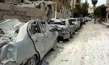 Sejumlah mobil yang hancur terkena ledakan bom di kota Idlib, Suriah, Senin (30/4).