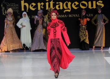 Sejumlah model memeragakan busana muslim saat Moslem Fashion Festival 2011 di Royal Plasa Surabaya, Jumat (15/7). Perhelatan yang dikemas dengan sentuhan seni tersebut untuk menyambut datangnya Ramadhan.