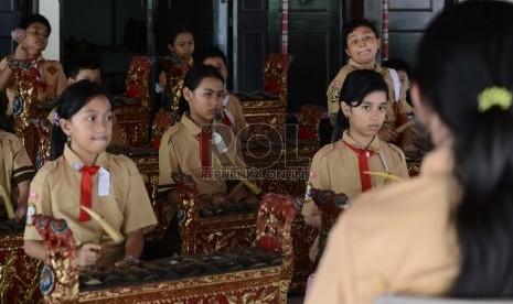 Sejumlah Murid SD mempelajari musik tradisonal.