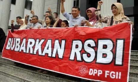 Sejumlah orang tua/wali murid berfoto bersama usai sidang pembacaan putusan MK tentang RSBI di Gedung Mahkamah Konstitusi, Jakarta, Selasa (8/1).