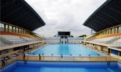 Sejumlah pekerja membersihkan kolam renang di Rumbai Sport Center, Pekanbaru, Jumat (25/1), yang dipersiapkan untuk perhelatan Islamic Solidarity Games (ISG).