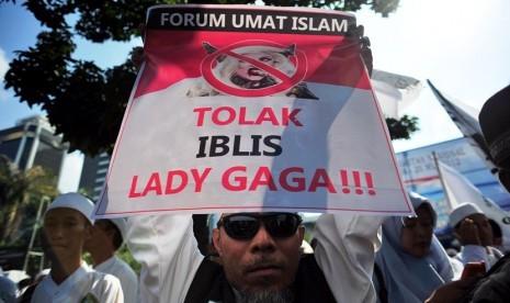 Sejumlah pengunjukrasa dari Forum Umat Islam (FUI) dan Front Pembela Islam (FPI) melakukan aksi menolak konser Lady Gaga di depan Kedubes AS, Jakarta, Jumat (25/5). (Edwin Dwi Putranto/Republika)
