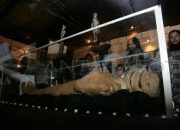 Sejumlah pengunjung memperhatikan mumi Raja Firaun ke-18 (Tuthankhamom) dari Mesir yang dipamerkan di Solo.
