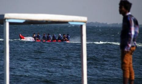 Sejumlah pengunjung menikmati wahana air banana boat di Pulau Untung Jawa, Kepulauan Seribu, Jakarta
