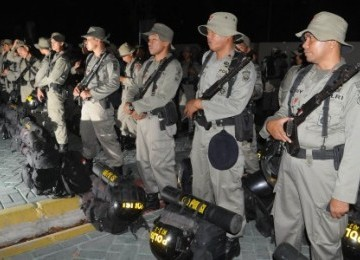 Sejumlah personil Brimob Polda Sulselbar bersiap untuk diberangkatkan ke Ambon di Asrama Brimob Aluddin Makassar, Sulsel, Ahad (11/9).