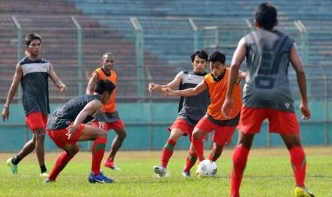Sejumlah pesepakbola Timnas Indonesia versi PSSI melakukan latihan di Gelora 10 Nopember, Tambaksari, Surabaya, Jatim, Kamis (13/9). Latihan tersebut jelang laga persahabatan melawan timnas Vietnam pada Sabtu (15/9) di Gelora Bung Tomo (GBT) Surabaya.