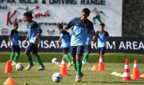 Sejumlah pesepakbola Timnas U-19 berlatih fisik dalam pemusatan latihan di lapangan Agrokusuma, Batu, Jawa Timur, Jumat (22/11). Badan