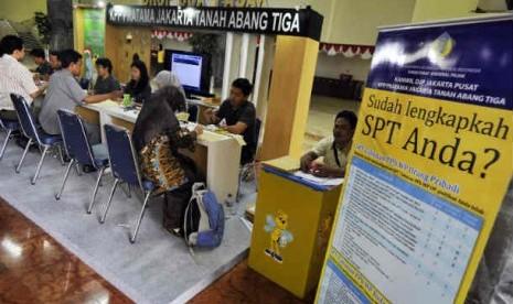 Sejumlah petugas pajak melayani  pengisian dan penyerahan Surat Pemberitahuan Tahunan (SPT) Wajib Pajak.