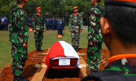 Sejumlah prajurit TNI AU bersiap menurunkan peti jenazah salah satu korban kecelakaan pesawat Hercules C-130 di Medan, Letda Kal Agus Sriyadi, saat acara pemakaman secara militer di Taman Makam Bahagia TNI Pondok Aren, Tangerang Selatan, Banten, Kamis (2/7