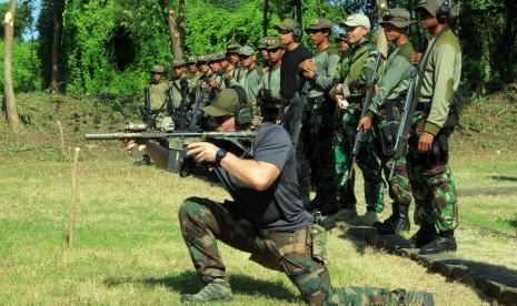 Sejumlah prajurit US MARSOC memberikan contoh posisi menembak kepada prajurit Taifib Korps Marinir TNI AL di lapangan tembak Pusat Latihan Tempur Korps Marinir Baluran, Karangtekok, Situbondo, Jatim, Jumat (20/3).