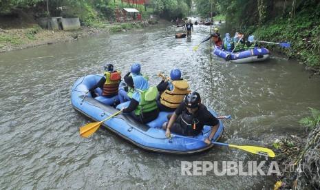 In Picture: Peringati Hari Air Sedunia, Susuri Sungai Cikapundung