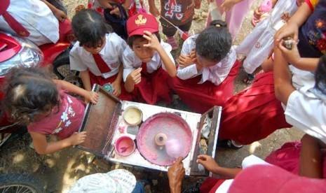Sejumlah siswa Sekolah Dasar (SD) membeli jajanan harum manis (gulali kapas) di pekarangan sekolah mereka.