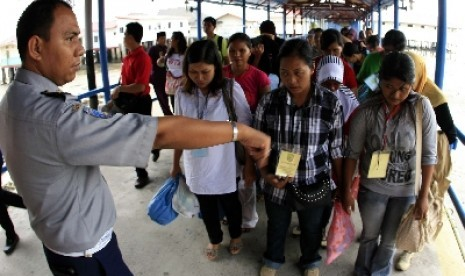 Bea Cukai Kepri Tahan 20 TKI dari Malaysia