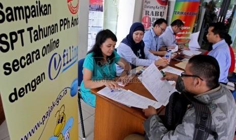 Sejumlah wajib pajak pribadi melakukan pengisian SPT Tahunan di Drop Box Pajak.