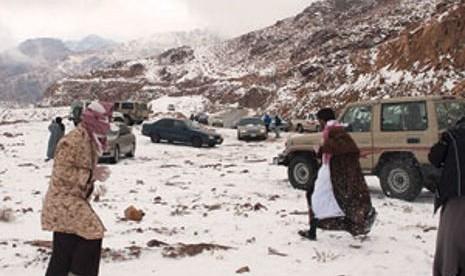 Sejumlah warga Arab Saudi mendatangi kawasan Tabuk yang berjarak 1.500 km dari Riyadh untuk menyaksikan langsung salju turun di sana.