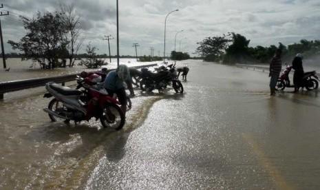 Sejumlah warga memarkir sepeda motor di Km 59 jalan tol Jakarta - Merak, Cikande, Serang, Banten, Kamis (10/1).