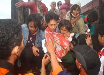 Sejumlah petugas mengevakuasi korban akibat letusan Gunung Merapi di Kemalang, Klaten, Rabu