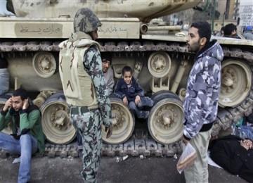 Sejumlah warga menduduki tank militer Mesir agar tidak masuk ke wilayah Tahrir Square