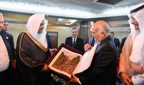 Sekretaris Jenderal Liga Dunia Muslim Sheikh Mohammad bin Abdulkarim Al-Issa diterima oleh Pangeran Hassan bin Talal dari Yordania di kantornya di sela-sela pertemuan.